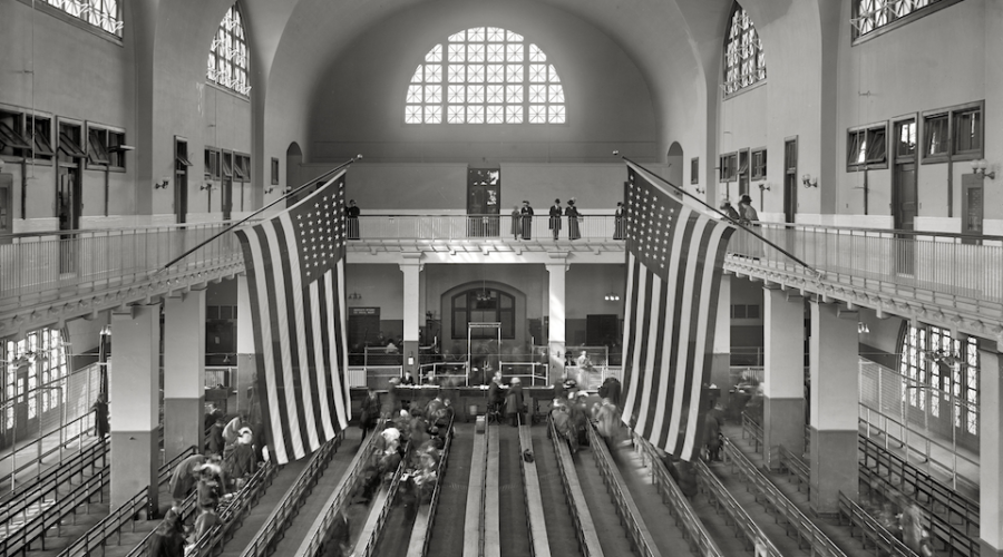 De grote inspectiezaal op Ellis Island, waar tussen 1892 en 1954 zo'n twaalf miljoen immigranten medisch werden gekeurd. [Washington DC, Library of Congress, Prints and Photographs Division, LC-DIG-det-4a25609]