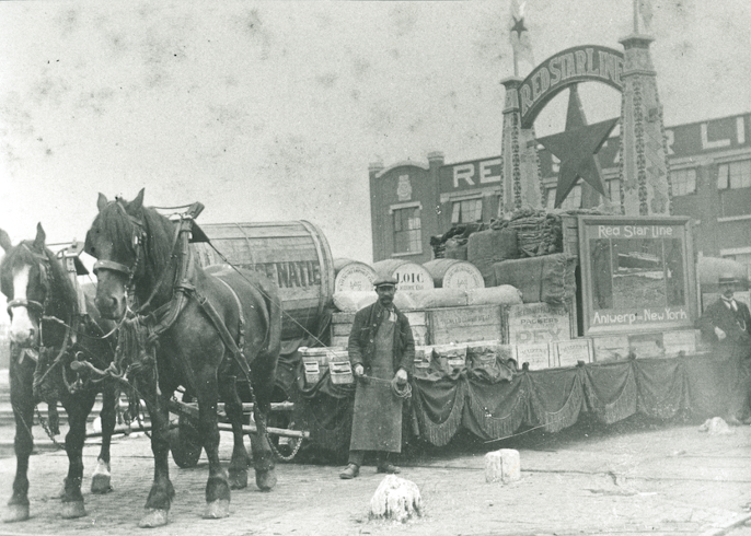 Rederijen lieten geen kans tot promotie onbenut. De Red Star Line bouwde in 1922 een bijzondere praalwagen voor een stoet der naties over de Rijnkaai. [Vrienden van de Red Star Line]