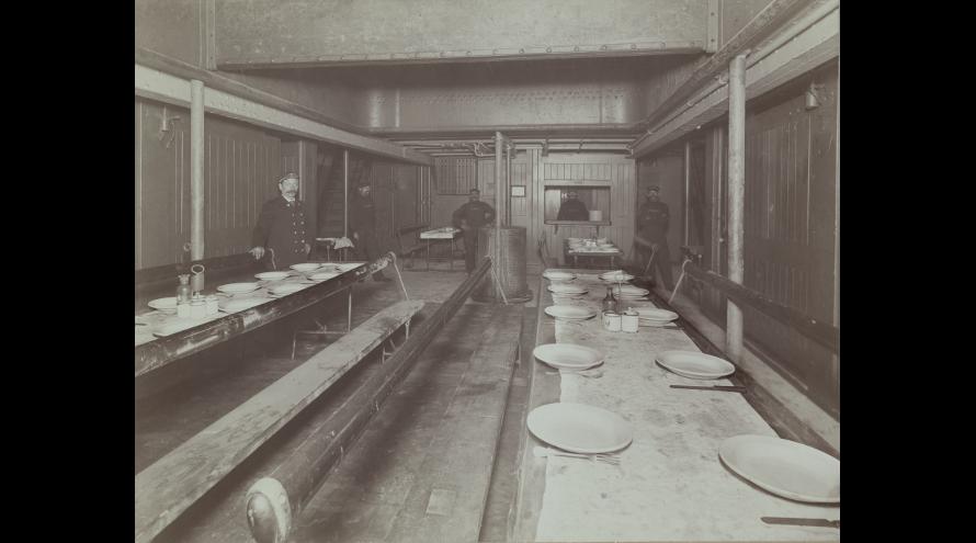 Eetzaal voor derdeklaspassagiers op de Vaderland van de Red Star Line, ca. 1905. [Collectie MAS, Antwerpen]