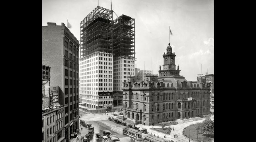 Detroit in 1912, met de bouw van de Dime Savings Bank naast de City Hall als symbool van de grote economische opmars. [Washington DC, Library of Congress, Prints and Photographs Division, LC-DIG-det-4a26734]