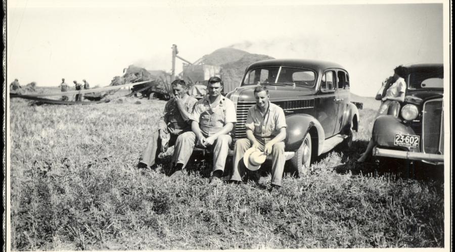 Hector Anseeuw, Wilbur Van Walleghem en zijn broer Jerome Van Walleghem tijdens het dorsen van graan op een van hun akkers bij Fort Garry in het Canadese Saint Boniface, jaren 1930. [Privécollectie gebr. Van Walleghem]