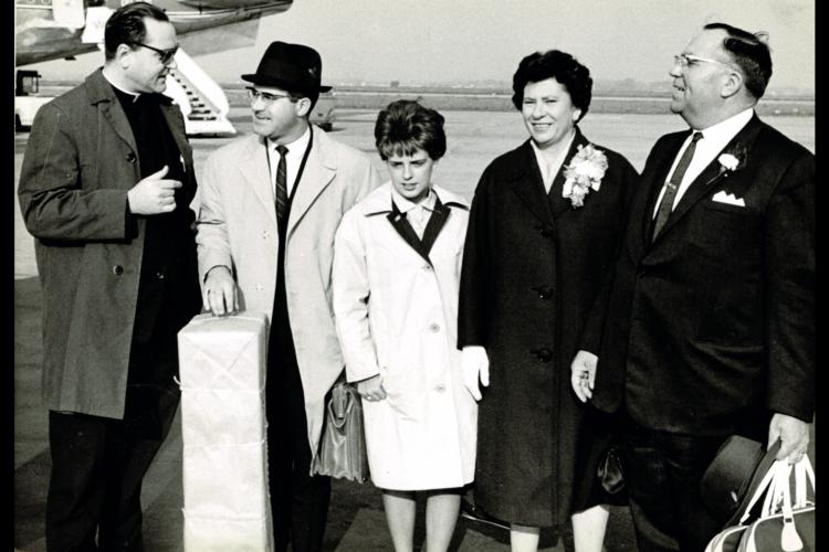 Arthur Verthé, stichter en bezieler van VIW, heette in 1964 de voorzitter en secretaris van de Delhi Belgian Club (Ontario) welkom op de luchthaven van Zaventem. [ADVN, VFA10295]