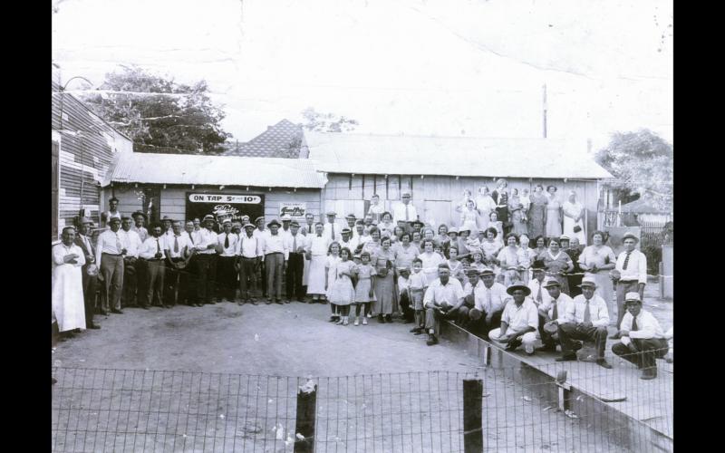 Vlamingen voor De Winne's Belgium Inn, een taverne met eigen krulbolbaan in San Antonio (Texas), jaren 1930. [ADVN, VFSCC97]