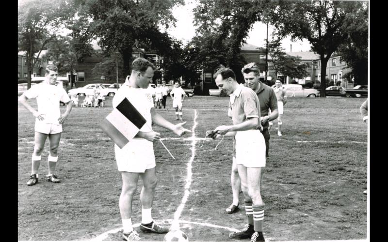 Voetbalwedstrijd van Belgische tegen Duitse Amerikanen in Chicago in 1965. Kapitein Arnold Van Puymbroeck (rechts) was voorzitter van minstens negen Vlaamse verenigingen in de stad. [ADVN, VFA10294]