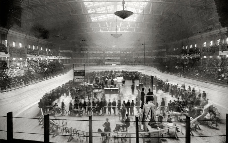 Zesdaagse wielerwedstrijd van 1908 op de velodroom van Madison Square Garden in New York City. In 1924 won Marcel Buysse uit Wontergem het evenement. [Washington DC, Library of Congress, Prints and Photographs Division]