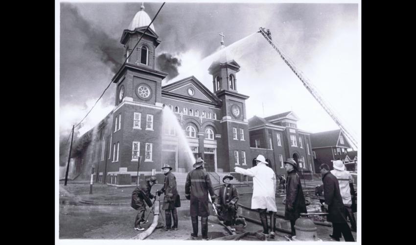 Op 10 april 1963 brandde Our Lady of Sorrows uit, de Vlaamse parochiekerk in Detroit. Dankzij brede steun, ook uit België, werd de kerk heropgebouwd. [ADVN, VFC592]