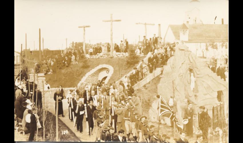 Feestelijkheden bij de Lourdesgrot van de Belgische parochie van Saint Boniface. [Privécollectie Neil Pryce]