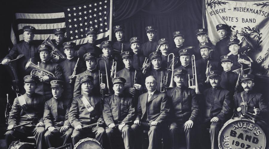 Note's Band, de Vlaams-Amerikaanse muziekvereniging van Moline. Honoré Note, op de eerste rij, stichtte het ensemble op verzoek van de Vlaamse pastoor van de stad, om de viering van Sint-Cecilia luister bij te zetten. Moline (Illinois), 1918 [Center for Belgian Culture (Moline, Illinois)]