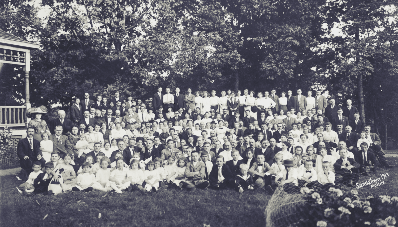 Picknick van de Belgian American Club van Moline, in de tuin van Edward Coryn. Coryn, afkomstig uit Lotenhulle, was een sleutelfiguur in de Vlaamse gemeenschap van de stad in Illinois. Moline (Illinois), 1913 [Center for Belgian Culture (Moline, Illinois)]